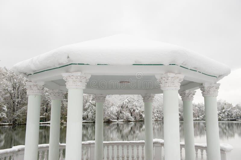 Όμορφο gazebo με τις στήλες στο υπόβαθρο του χειμερινού τοπίου στοκ εικόνα με δικαίωμα ελεύθερης χρήσης