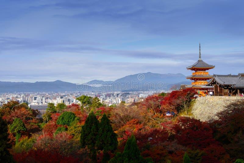 Όμορφο Momiji υπόβαθρο σφενδάμνου φθινοπώρου ζωηρόχρωμο στο kiyomizu-de στοκ εικόνες