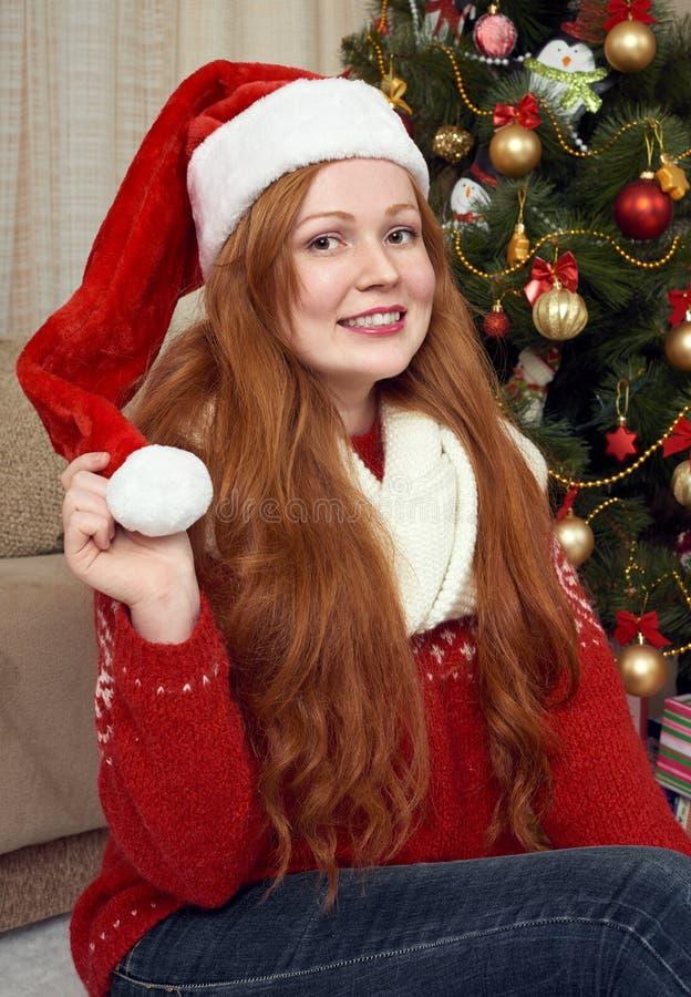 Όμορφο redhead πορτρέτο κοριτσιών στη διακόσμηση Χριστουγέννων Εγχώριο εσωτερικό με το δέντρο και τα δώρα έλατου Νέες παραμονή έτ στοκ εικόνα με δικαίωμα ελεύθερης χρήσης