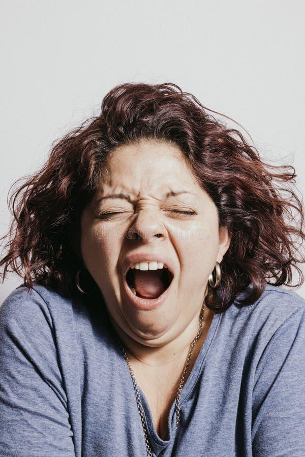 Όμορφο redhead χασμουρητό γυναικών στοκ εικόνες με δικαίωμα ελεύθερης χρήσης