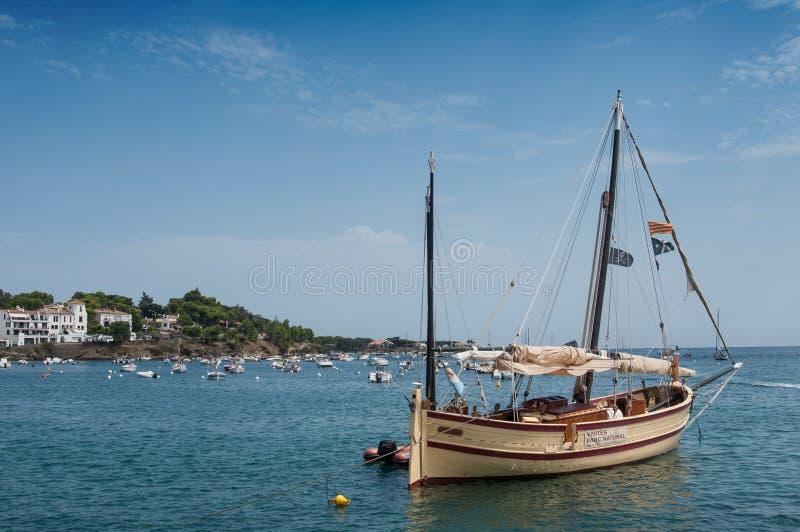 Όμορφο sailboat που δένεται κοντά στην ακτή στοκ εικόνες