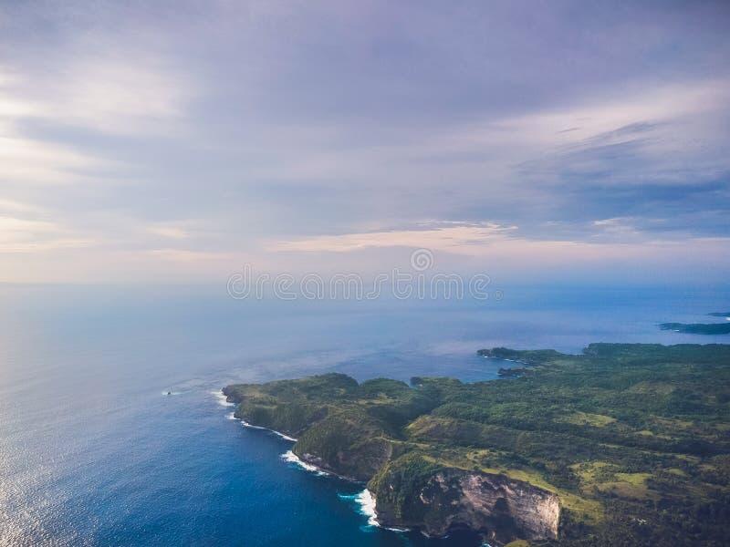Όμορφο seascape με τα βουνά και άποψη από την κορυφή στοκ φωτογραφία με δικαίωμα ελεύθερης χρήσης