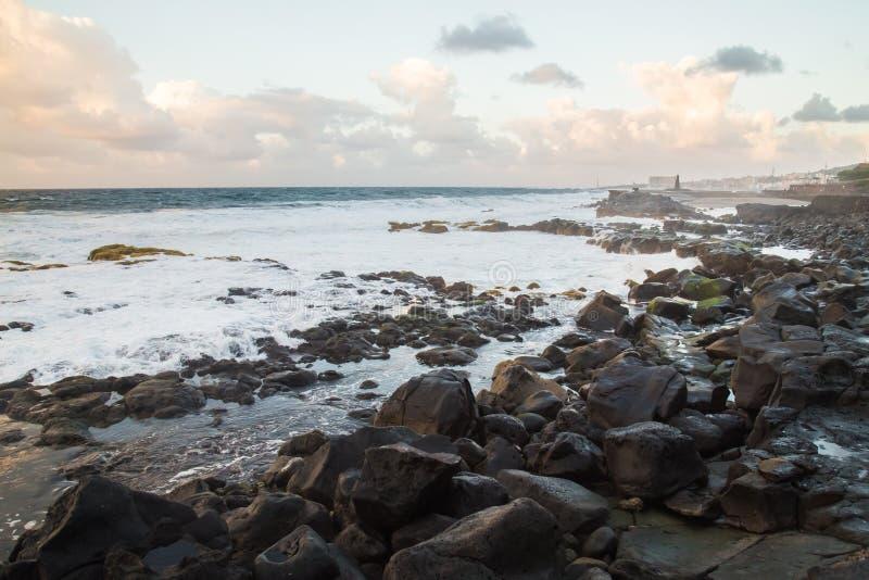 Όμορφο seascape με την άποψη ο Βορράς σχετικά με του Ατλαντικού Ωκεανού, Tenerife Κανάρια νησιά Ισπανία στοκ εικόνες
