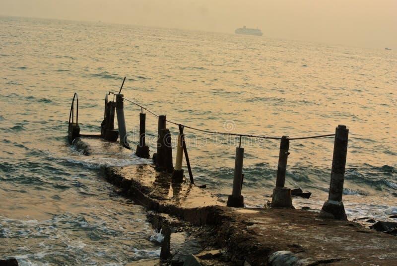 Όμορφο Seascape με την παλαιά αποβάθρα απεικόνιση αποθεμάτων