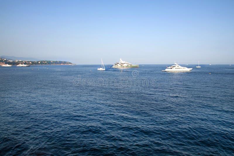 Όμορφο seascape με τις άσπρες βάρκες Βουνά στην ανασκόπηση στοκ φωτογραφίες