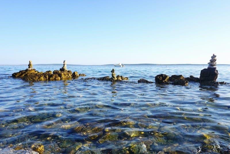 Όμορφο seascape με τις συσσωρευμένες πέτρες στο νερό στοκ εικόνα με δικαίωμα ελεύθερης χρήσης