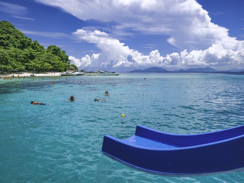 Όμορφο seascape με τον μπλε ολισθαίνοντα ρυθμιστή από τη βάρκα στον ωκεανό στοκ εικόνα με δικαίωμα ελεύθερης χρήσης