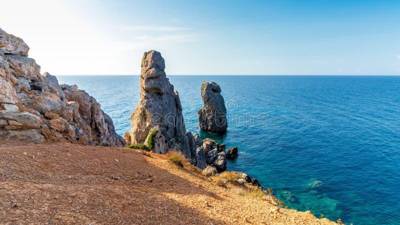 Όμορφο seascape με τους βράχους που κολλούν από τη θάλασσα Giglio Island Isola del Giglio, Τοσκάνη, Ιταλία στοκ εικόνες με δικαίωμα ελεύθερης χρήσης