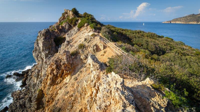 Όμορφο seascape με το δύσκολο απότομο βράχο και την πλέοντας βάρκα στον ορίζοντα Giglio Island Isola del Giglio, Τοσκάνη, Ιταλία στοκ φωτογραφία με δικαίωμα ελεύθερης χρήσης