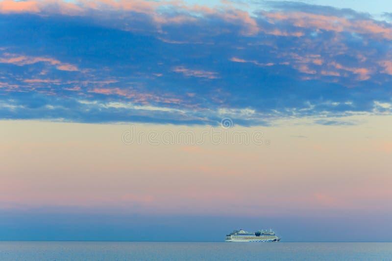 Όμορφο seascape με το σκάφος και το ηλιοβασίλεμα στοκ εικόνες