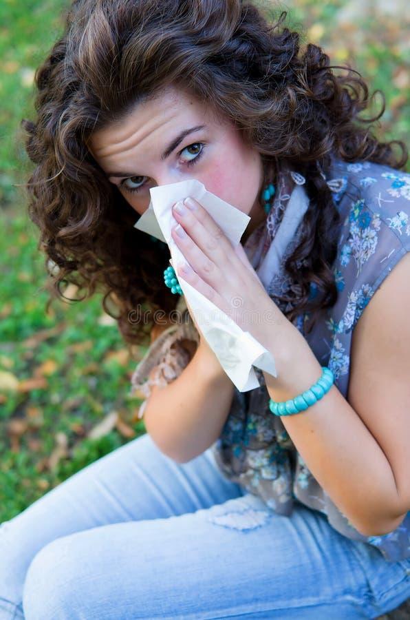 Όμορφο sneeze γυναικών στοκ εικόνα με δικαίωμα ελεύθερης χρήσης
