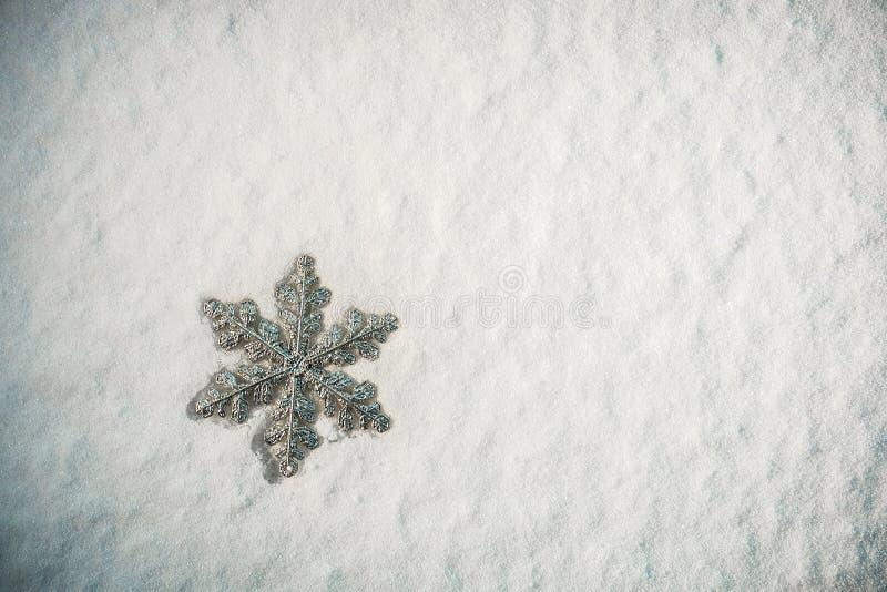Όμορφο snowflake στο χιόνι στοκ φωτογραφίες με δικαίωμα ελεύθερης χρήσης