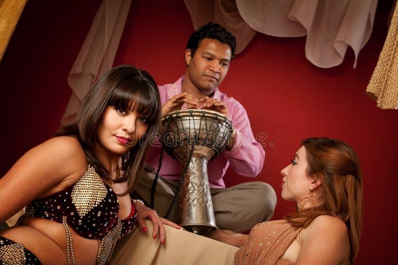 όμορφο tabla φορέων χορευτών κ&om στοκ φωτογραφία με δικαίωμα ελεύθερης χρήσης