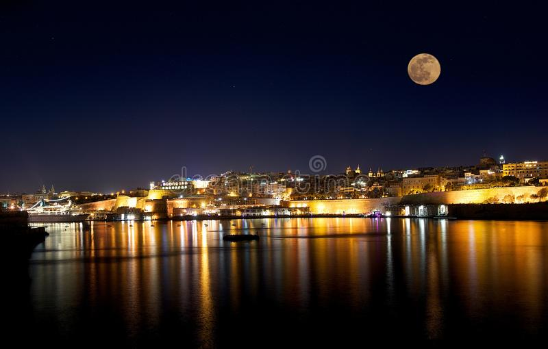 Όμορφο Valletta τη νύχτα με τη πανσέληνο στο μπλε σκοτεινό υπόβαθρο ουρανού με τα αστέρια στοκ εικόνα με δικαίωμα ελεύθερης χρήσης