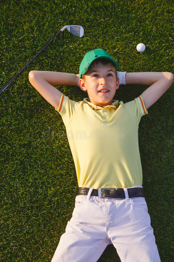 Όνειρα παικτών γκολφ αγοριού στοκ φωτογραφίες