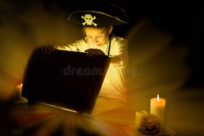 Όνειρα παιδικής ηλικίας Το τολμηρό κορίτσι βρήκε τους θησαυρούς στοκ εικόνα