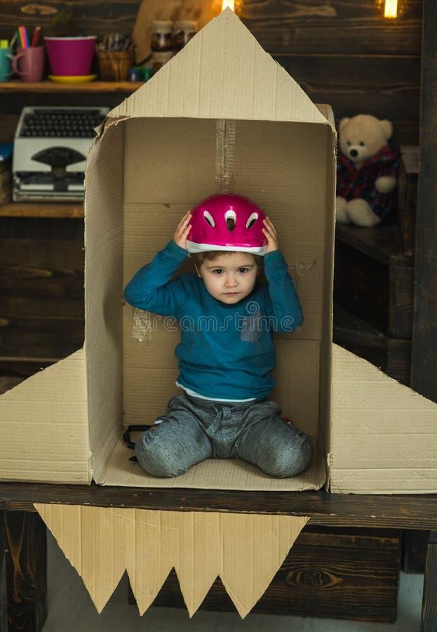 Όνειρο για τη σταδιοδρομία του κοσμοναύτη Ταξίδι και περιπέτεια Έννοια γήινης ημέρας Εκπαίδευση και ανάπτυξη ιδέας παιδιών Μικρό  στοκ φωτογραφία με δικαίωμα ελεύθερης χρήσης
