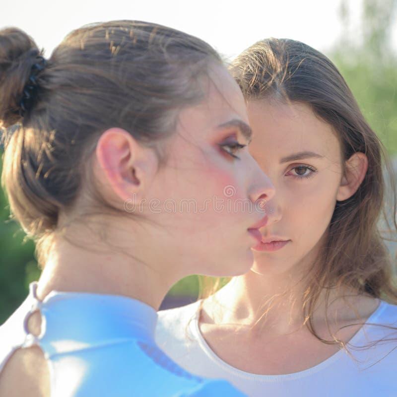 Όντας ακτινοβόλος με την ομορφιά Βλέμμα ομορφιάς των προτύπων skincare Χαριτωμένα κορίτσια με το νέο υγιές δέρμα Λατρευτές γυναίκ στοκ εικόνες