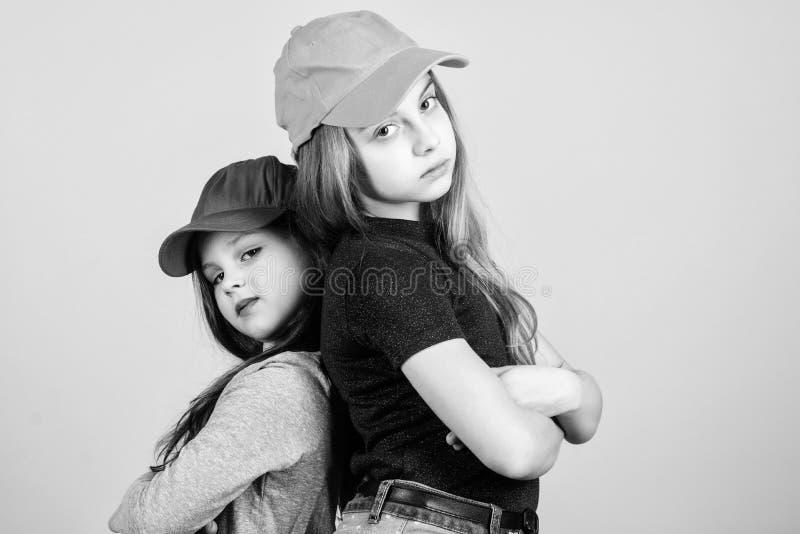 Όντας ερωτευμένος με τη μόδα Μικρά χαριτωμένα πρότυπα μόδας Μοντέρνα παιδιά που φορούν τον ιματισμό και τα εξαρτήματα μόδας στοκ εικόνες