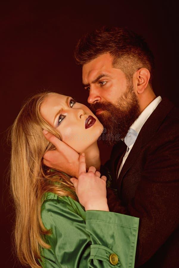 Όντας σεξουαλικά οικείος στις σχέσεις Αυτοί και η δύο μόδα αγάπης Οικείο ζεύγος στον ιματισμό μόδας Γενειοφόρος γυναίκα αγκαλιάσμ στοκ εικόνες