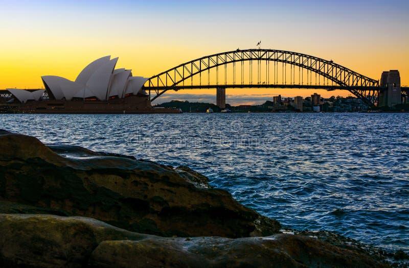 Όπερα του Σίδνεϊ και λιμενική γέφυρα στο ηλιοβασίλεμα στοκ εικόνες με δικαίωμα ελεύθερης χρήσης