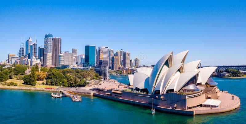 Όπερα του Σίδνεϊ με τον ορίζοντα πόλεων στοκ εικόνες