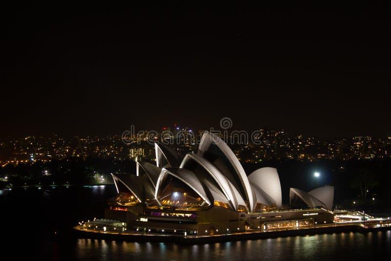Όπερα του Σίδνεϊ τη νύχτα από τη λιμενική γέφυρα, Αυστραλία στοκ φωτογραφίες
