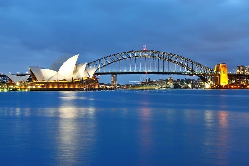 Όπερα του Σίδνεϊ και η εικονική λιμενική γέφυρα στοκ φωτογραφία με δικαίωμα ελεύθερης χρήσης