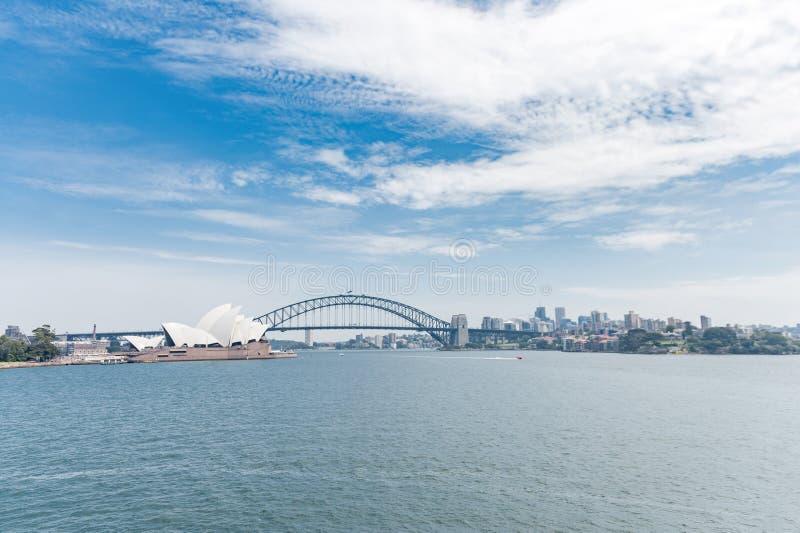 Όπερα του Σίδνεϊ και λιμενική γέφυρα Αυστραλοί Νερό ποταμού Ευρεία γωνία στοκ εικόνα