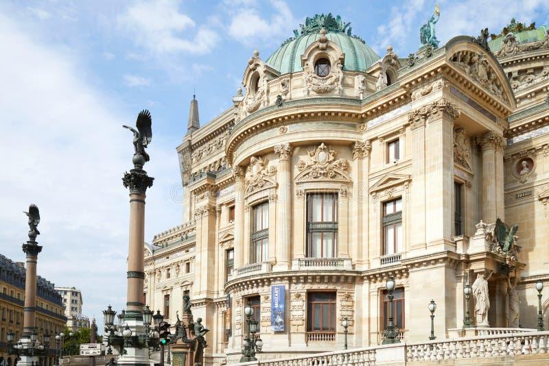 Όπερα Garnier που χτίζει το πίσω μέρος στο Παρίσι σε μια ηλιόλουστη θερινή ημέρα στη Γαλλία στοκ εικόνα