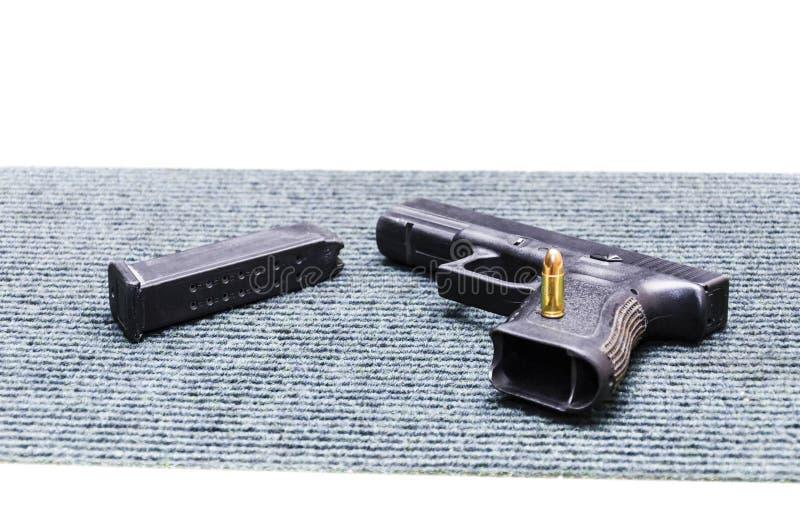 όπλα Πιστόλι περίστροφων, κενό περιοδικό, μια σφαίρα 9mm στοκ φωτογραφία