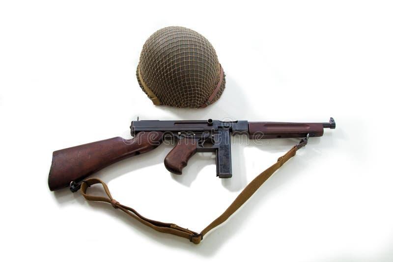 Όπλο ενός αμερικανικού πυροβόλου όπλου ναυτικών, κρανών, μαχαιριών και submachine της περιόδου Δεύτερου Παγκόσμιου Πολέμου στοκ εικόνες