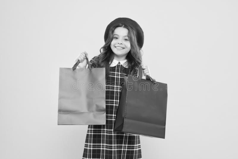 Όπου η μόδα ζωντανεύει Ημέρα αγορών Χαρούμενα πακέτα διατήρησης παιδιών Κορίτσι με τσάντα για ψώνια Εξοικονομήστε χρήματα Ανακάλυ στοκ εικόνες