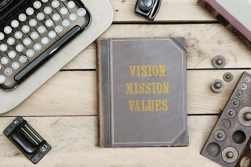 Όραμα, αποστολή, τιμές στην παλαιά κάλυψη βιβλίων στο γραφείο γραφείων με VI στοκ φωτογραφία με δικαίωμα ελεύθερης χρήσης