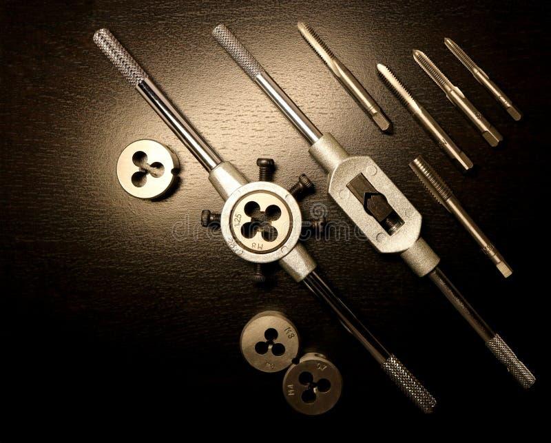 Όργανα Εργαλεία για Ένα σύνολο βρυσών και κύβων για το πέρασμα κλωστής σε βελόνα στοκ φωτογραφία με δικαίωμα ελεύθερης χρήσης