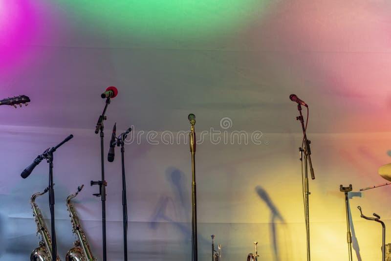 Όργανα των μπλε και της ζώνης τζαζ στη σκηνή στοκ εικόνα με δικαίωμα ελεύθερης χρήσης