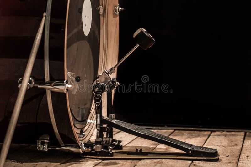 όργανο κρούσης, βαθύ τύμπανο με το πεντάλι στους ξύλινους πίνακες με ένα μαύρο υπόβαθρο στοκ φωτογραφία