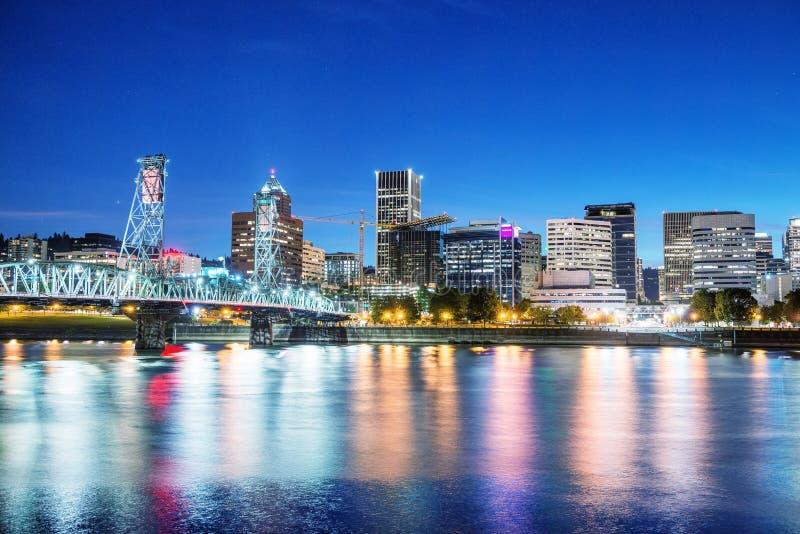 Όρεγκον Πόρτλαντ Ορίζοντας πόλεων σε μια όμορφη θερινή νύχτα στοκ εικόνες