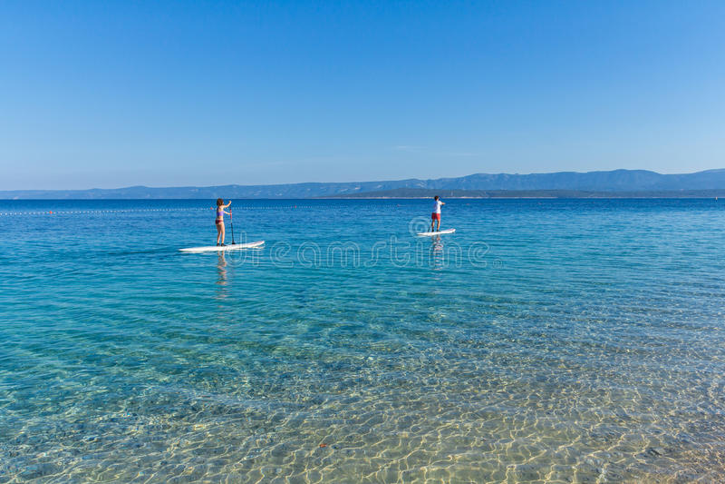Όρθιοι οικότροφοι κουπιών στην παραλία αρουραίων Zlatni, Κροατία στοκ φωτογραφίες με δικαίωμα ελεύθερης χρήσης