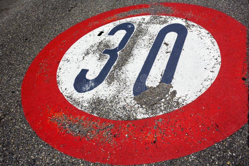 Όριο ταχύτητας οδικών σημαδιών τριάντα ανά ώρα στοκ φωτογραφία
