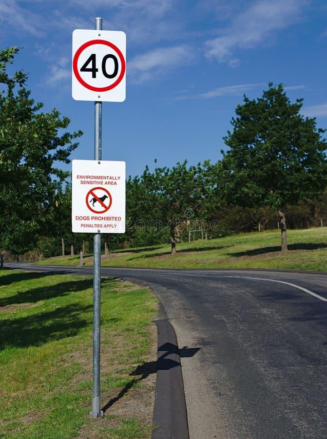 Όριο ταχύτητας 40 χιλιόμετρα ανά την ώρα και απαγορευμένο σκυλιά σημάδι στοκ φωτογραφία
