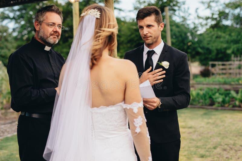 Όρκοι ανάγνωσης νεόνυμφων στο γάμο του στοκ εικόνες με δικαίωμα ελεύθερης χρήσης