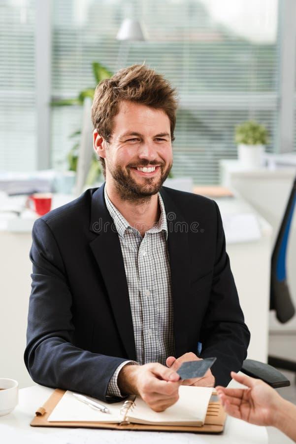 δόσιμο επαγγελματικών καρτών στοκ φωτογραφία με δικαίωμα ελεύθερης χρήσης