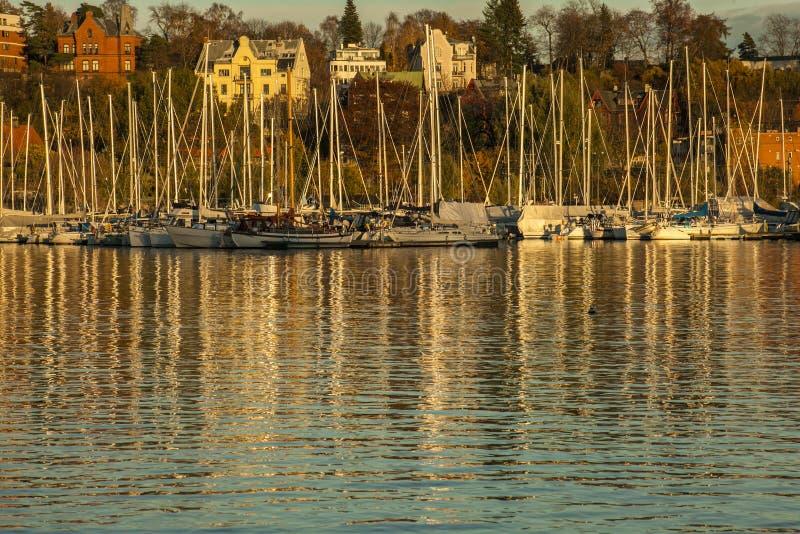 Όσλο - φιορδ, βάρκες στο ηλιοβασίλεμα στοκ φωτογραφία