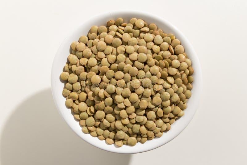 Όσπριο φακών Τοπ άποψη των σιταριών σε ένα κύπελλο Άσπρη ανασκόπηση στοκ φωτογραφία με δικαίωμα ελεύθερης χρήσης