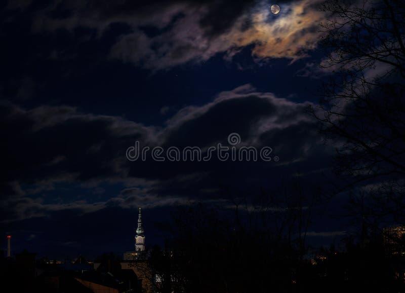 όταν το φεγγάρι αυξάνεται στοκ φωτογραφία με δικαίωμα ελεύθερης χρήσης