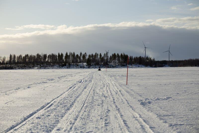 Όχημα για το χιόνι σε μια κινητή διαδρομή χιονιού στοκ εικόνες