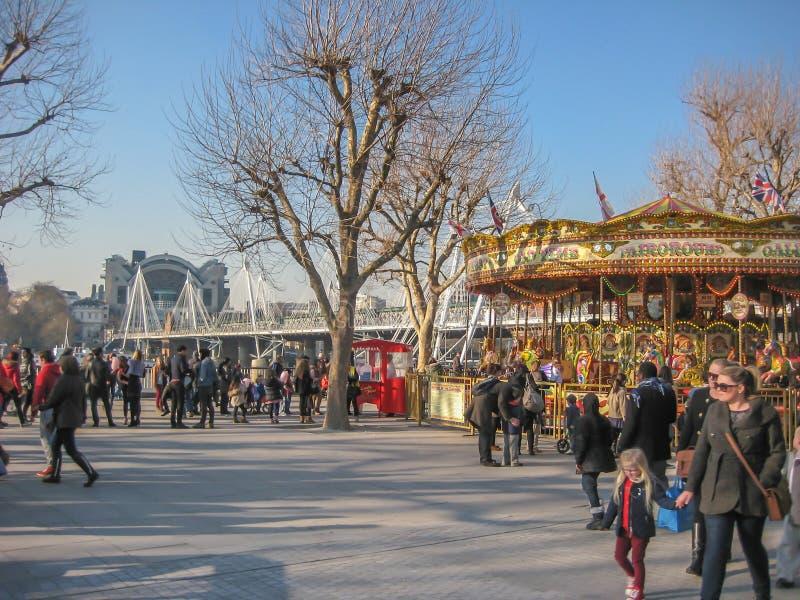 Όχθεις του ποταμού Τάμεσης στο Λονδίνο, με τους εκτελεστές οδών και ένα κλασικό ιπποδρόμιο στοκ εικόνες