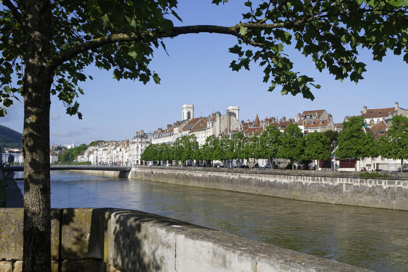 Όχθεις του ποταμού του Doubs στο Μπεζανσόν στοκ φωτογραφία