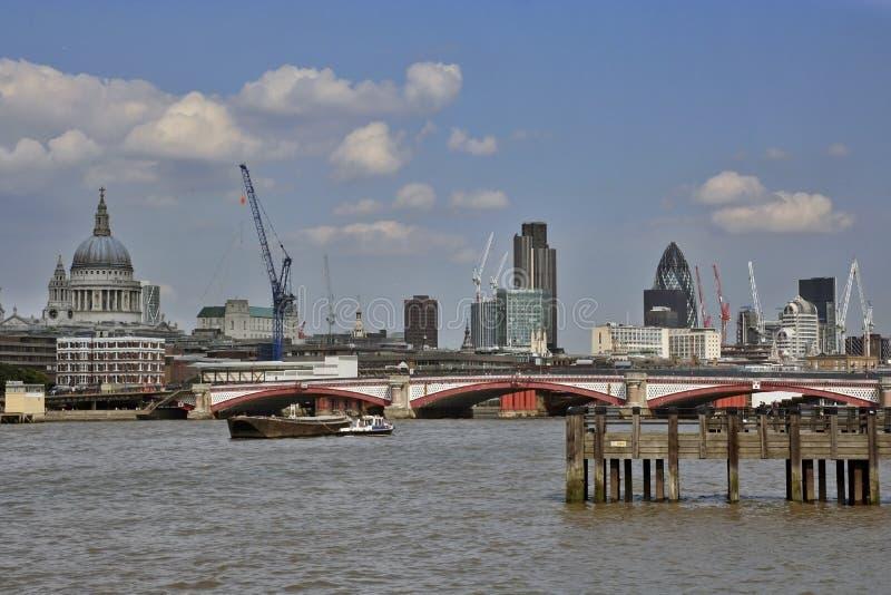 όχθη ποταμού του Λονδίνου στοκ φωτογραφία με δικαίωμα ελεύθερης χρήσης